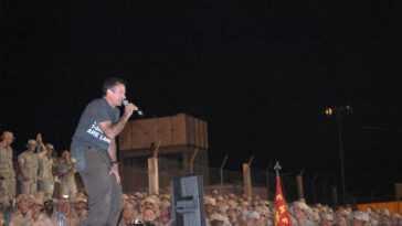 Robin Williams divertissant des soldats américains dans un camp basé à Djibouti en 2003. Crédit: PA