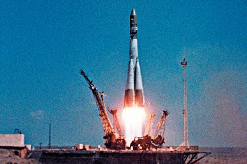 La fusée Vostok-K de Yuri Gagarine, vue ici en train de décoller en 1961, était toute grise mais semblait blanche au lancement à cause du gel.