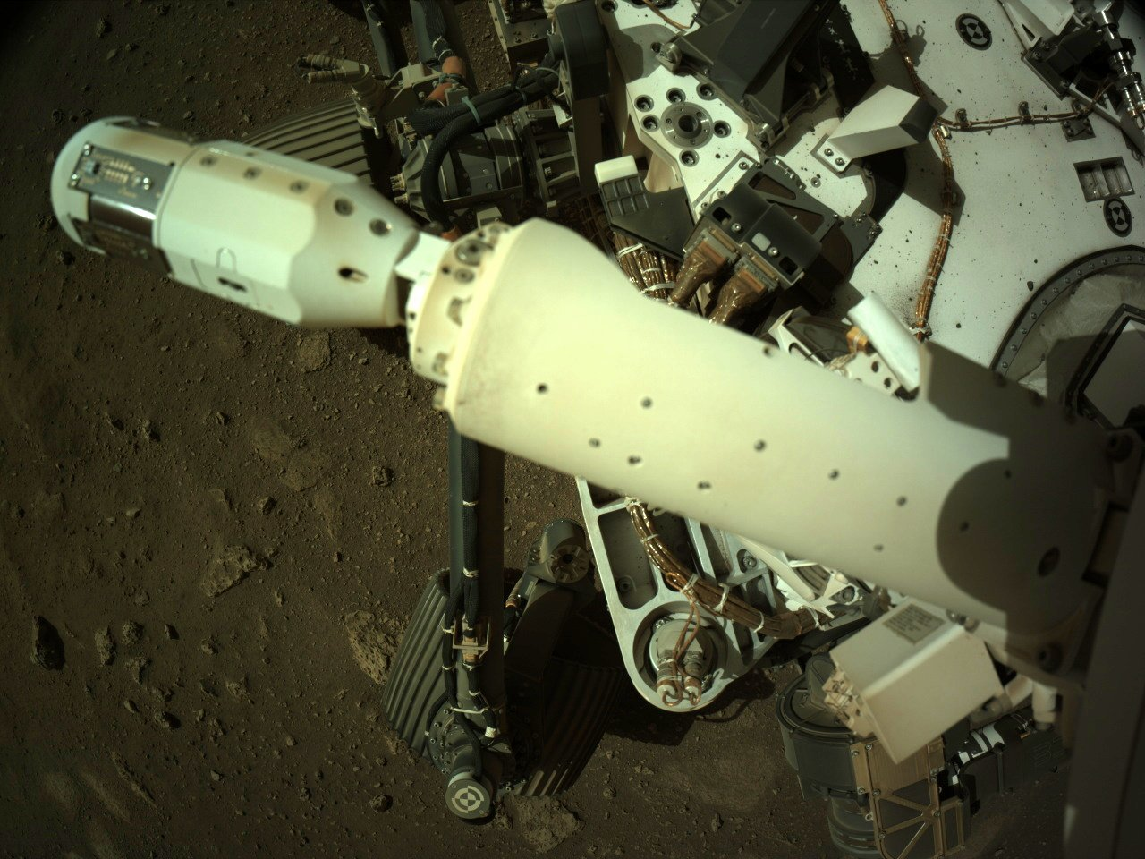 Le capteur de vent du rover Perseverance a été déployé, comme le montre cette photo prise par l'une des caméras de navigation du robot.