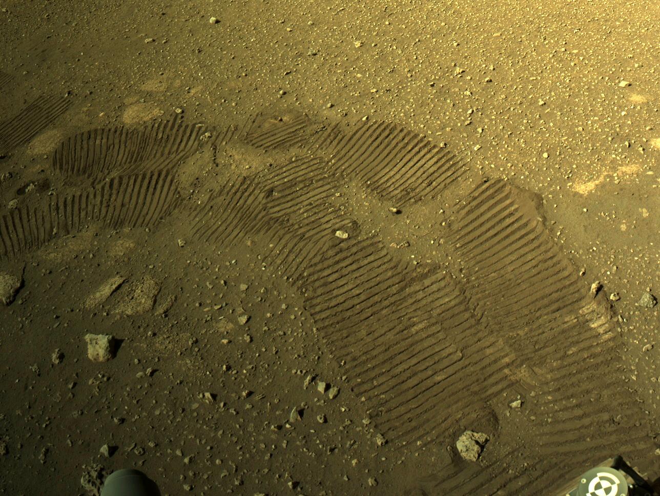 La caméra de navigation droite du rover Perseverance de la NASA (Navcam) a capturé cette image des empreintes martiennes du rover le 5 mars 2021.