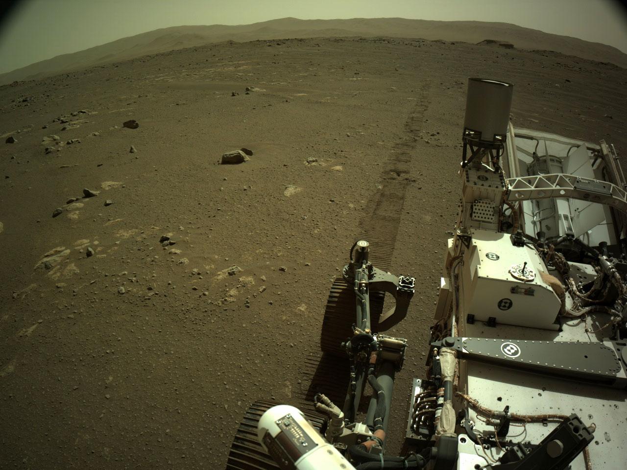 Le rover Perseverance de la NASA a acquis cette image le 7 mars 2021 à l'aide de sa caméra de navigation gauche.  Le même jour, le microphone d'entrée, de descente et d'atterrissage de Perseverance a enregistré l'audio du rover conduisant, une autre exploration d'abord pour la mission.