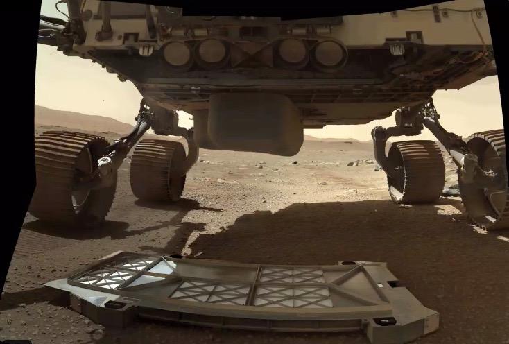 """Le rover Perseverance vient d'être largué """"pan de ventre"""" se trouve à la surface de Mars.  L'équipe Perseverance a publié cette photo sur Twitter le 13 mars 2021."""
