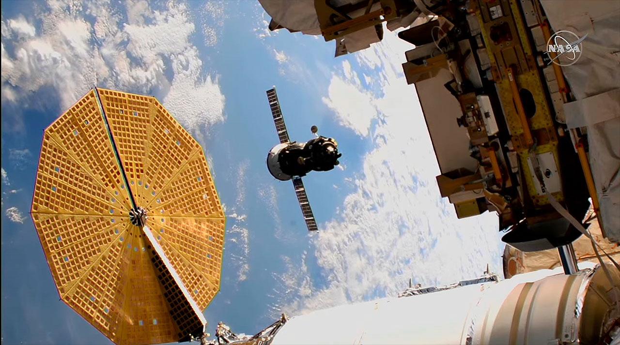 Le vaisseau spatial russe Soyouz MS-17 avec le commandant de l'expédition 54 Sergey Ryzhikov et l'ingénieur de vol Sergey Kud-Sverchkov, tous deux de la société spatiale d'État russe Roscosmos, et l'ingénieur de vol Kate Rubins de la NASA, à bord est vu depuis une caméra à l'extérieur de la Station spatiale internationale car il est transféré du module Rassvet à Poisk le vendredi 19 mars 2021.