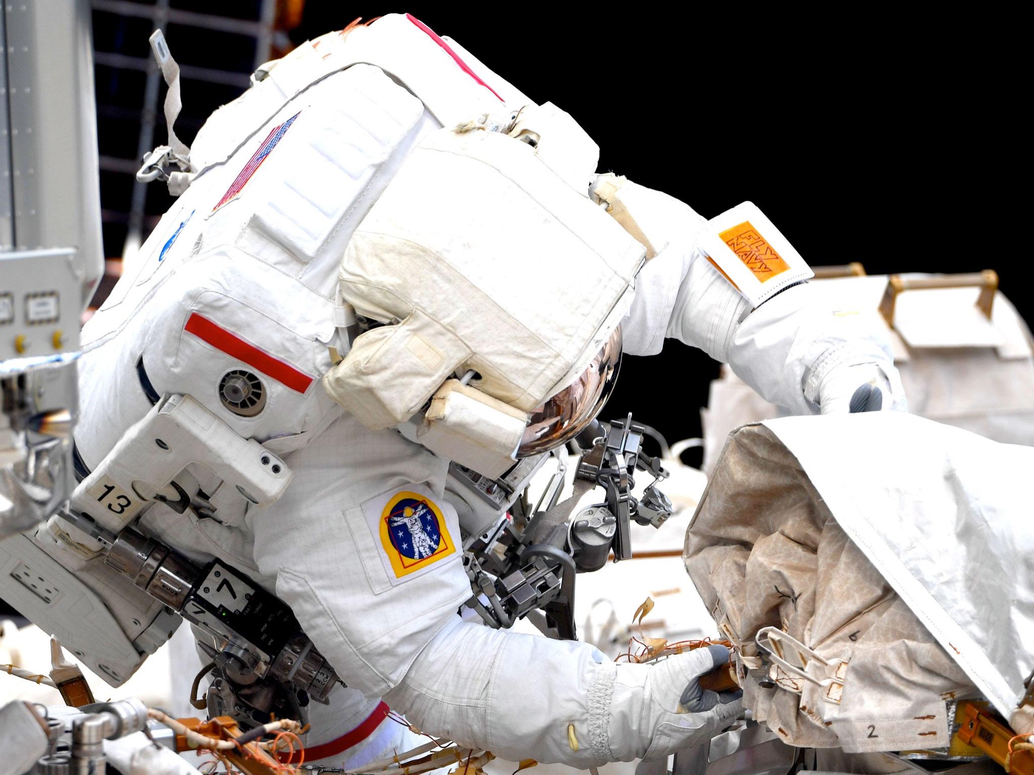 L'astronaute de la NASA Victor Glover, vu ici sur une photographie prise par l'astronaute de l'Agence japonaise d'exploration aérospatiale (JAXA) Soichi Noguchi depuis l'intérieur de la Station spatiale internationale, effectue une sortie dans l'espace avec l'astronaute de la NASA Michael Hopkins le samedi 13 mars 2021.