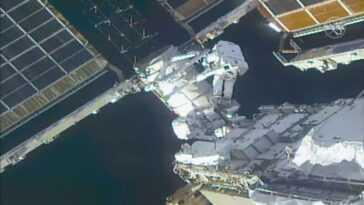 Les Astronautes Effectuent Une Sortie Dans L'espace De Sept Heures