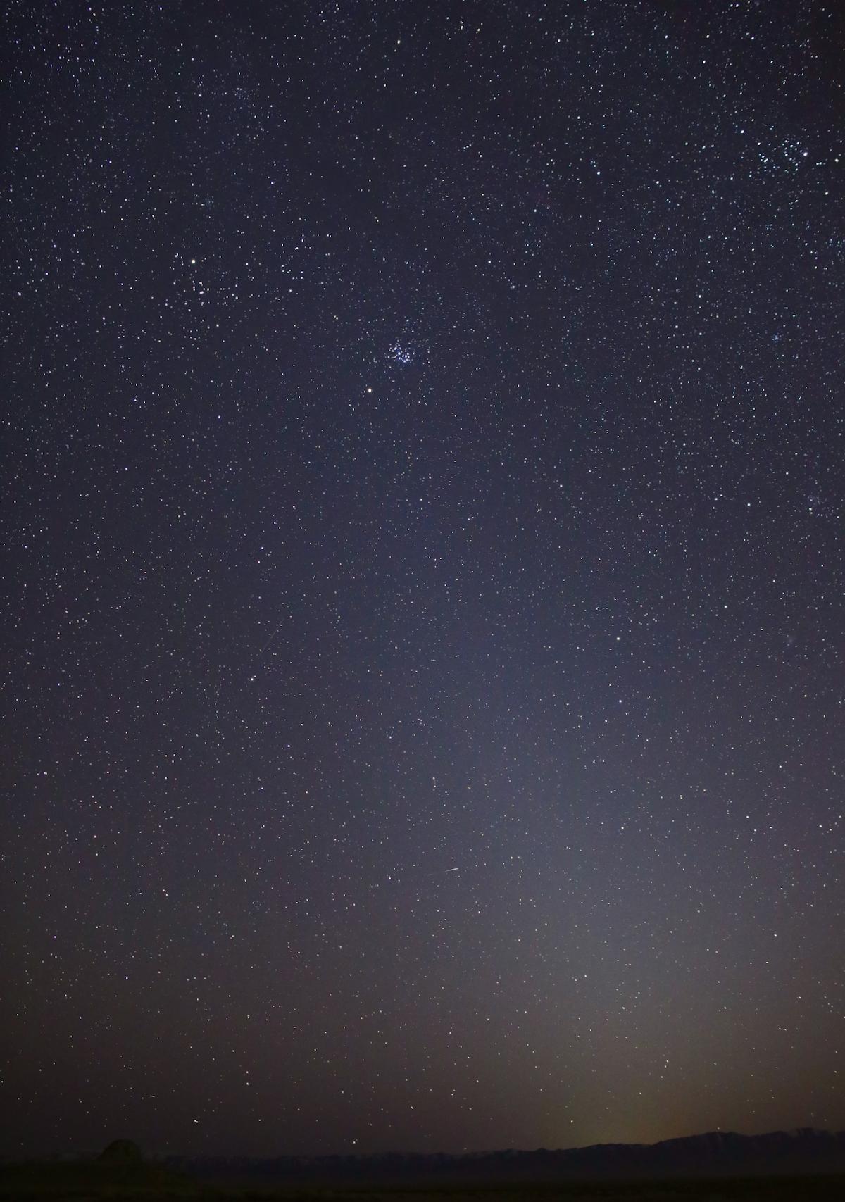 Une photo du ciel nocturne de la lumière zodiacale - une faible colonne de lumière s'étendant depuis l'horizon - le 1er mars 2021, à Skull Valley, dans l'Utah.