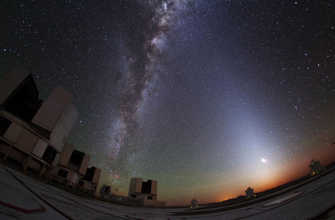 La lumière zodiacale brille dans le ciel au Very Large Telescope (VLT) de l'ESO à l'Observatoire Paranal au Chili.  Image publiée le 2 décembre 2013.