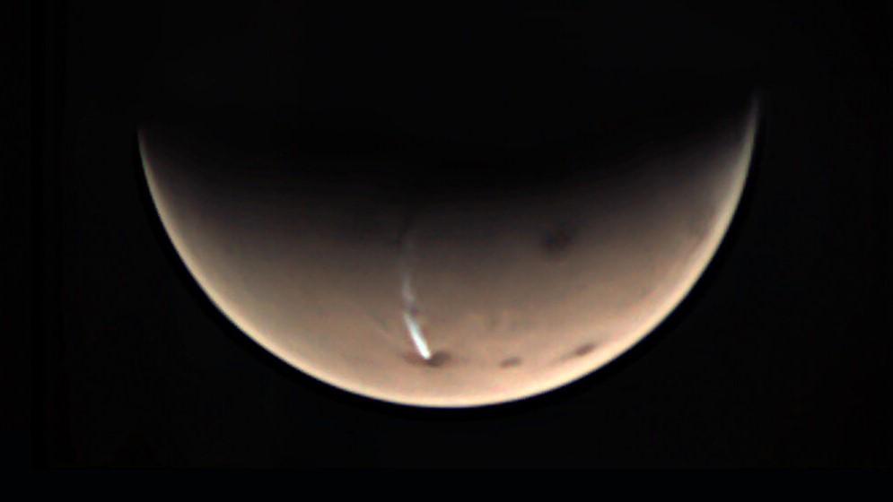 Une image Mars Express d'Arsia Mons sur Mars et son étrange long nuage, prise le 19 juillet 2020.