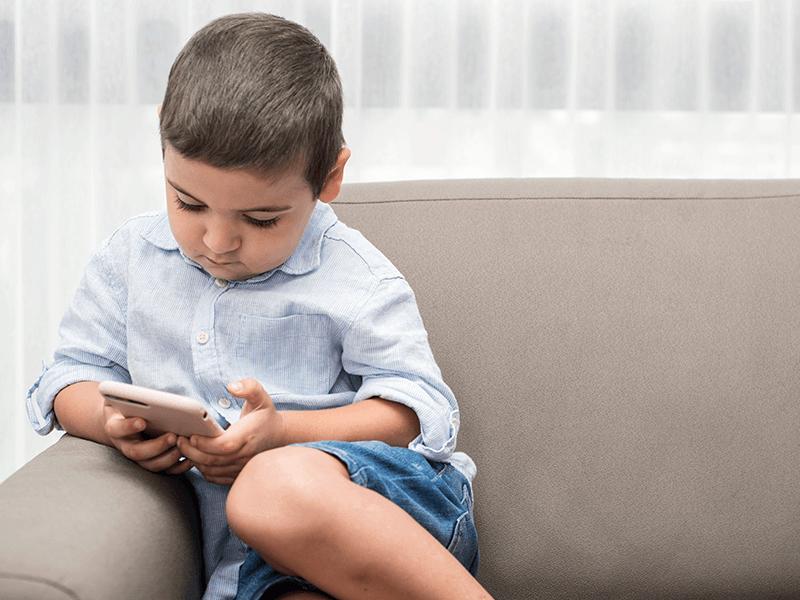 L'habitude de donner aux enfants un téléphone à garder