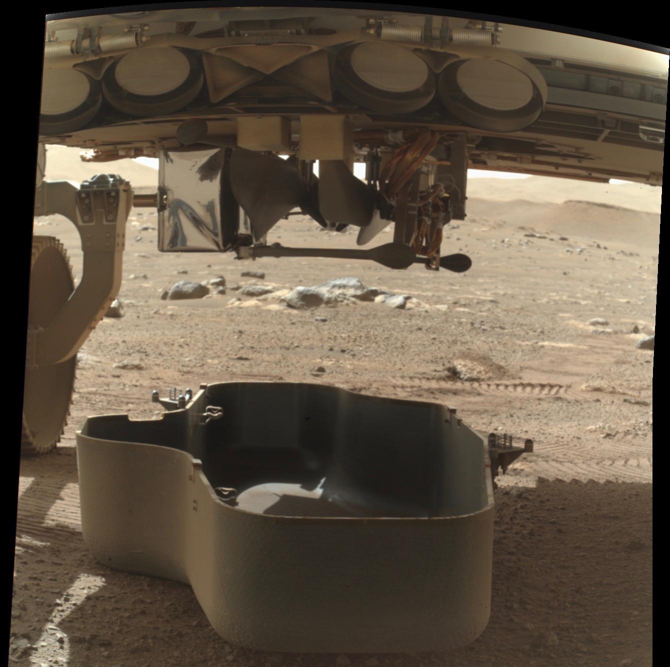 Le rover Perseverance de la NASA a largué le bouclier anti-débris qui recouvrait l'hélicoptère Mars Ingenuity, un pas vers le déploiement et le vol du petit hélicoptère.  Cette photo prise par Perseverance a été tweetée par le compte Twitter officiel du rover le 21 mars 2021.