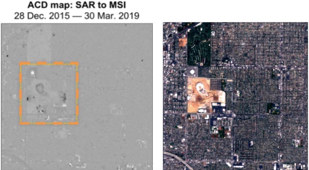 Sur la gauche se trouve une carte de détection de changement de la construction du SoFi Stadium à Los Angeles sur trois ans, dérivée de Sentinel-1 SAR (radar à synthèse d'ouverture) et de l'imagerie multispectrale Sentinel-2.  Sur la droite se trouve un composite Sentinel-2 en couleurs vraies de la même zone.  Les marques noires sur la carte de détection des changements montrent des changements inhabituels;  le gris indique des changements communs;  et le blanc illustre des anomalies persistantes.  Sentinel-1 et Sentinel-2 sont des satellites d'observation de la Terre exploités par l'Agence spatiale européenne.