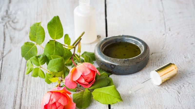 Non seulement l'huile de feuilles de rose est également bénéfique