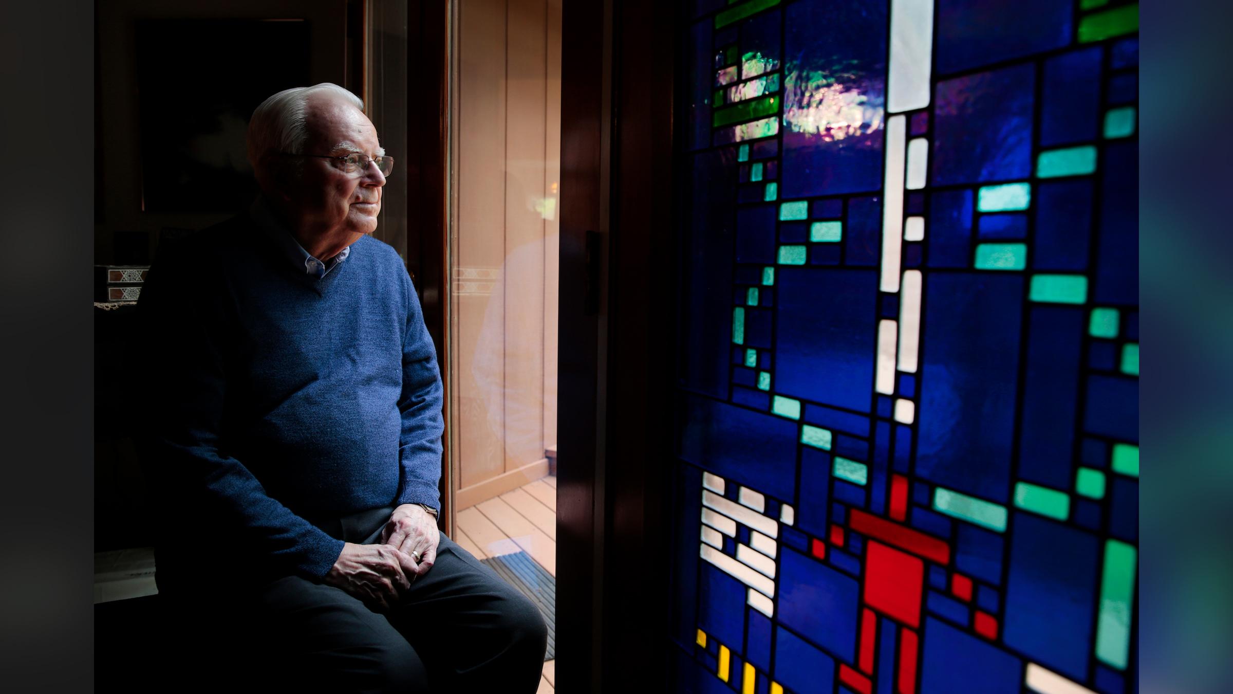 Frank Drake, le fondateur de SETI, est assis à côté d'un vitrail du message Arecibo chez lui à Aptos, en Californie, en 2015.