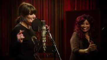 Regardez Chaka Khan et Idina Menzel faire équipe pour un duo réinventé `` I'm Every Woman ''