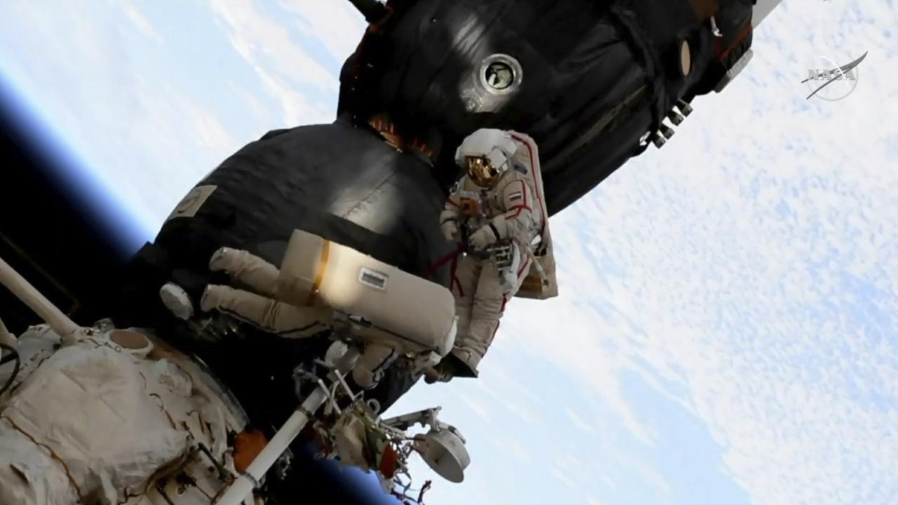 Dans cette image capturée le 11 décembre 2018 à partir de la vidéo mise à disposition par la NASA, le cosmonaute russe Oleg Kononenko (à droite) et Sergei Prokopyev effectuent une sortie dans l'espace à l'extérieur du vaisseau spatial Soyouz attaché à la Station spatiale internationale.  Prokopyev et Kononenko, qui ont exploré un trou mystérieux dans une capsule amarrée à la Station spatiale internationale, ont déclaré que les forces de l'ordre russes enquêtaient maintenant sur sa cause.  NASA
