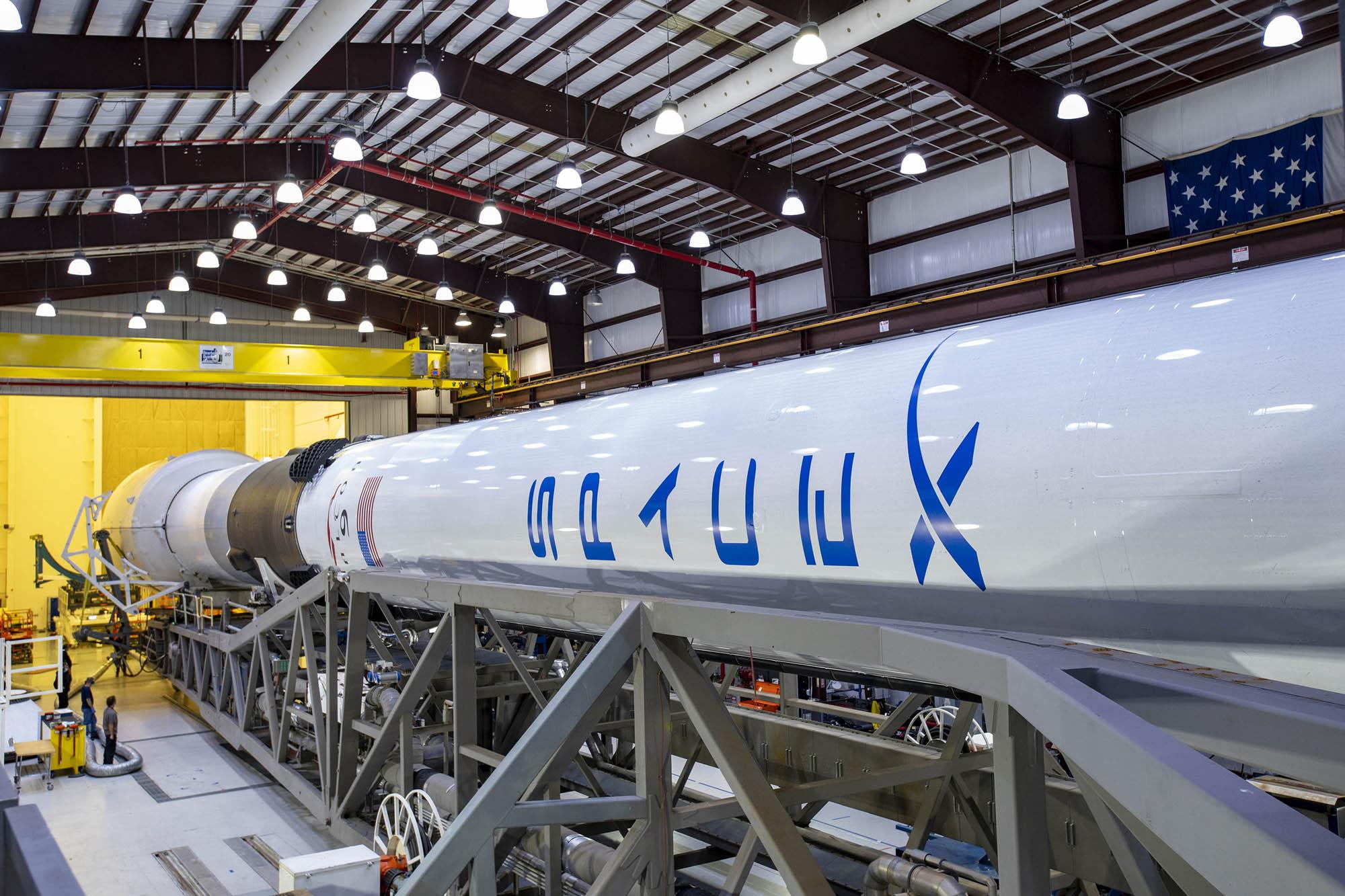 SpaceX lancera 60 satellites Internet Starlink en orbite le 24 mars 2021 à l'aide d'une fusée Falcon 9, vue ici lors des préparatifs d'un lancement de satellite GPS pour l'US Space Force en juin 2020.
