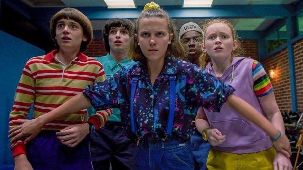 Des enfants battent des agents du gouvernement (Photo: Netflix)