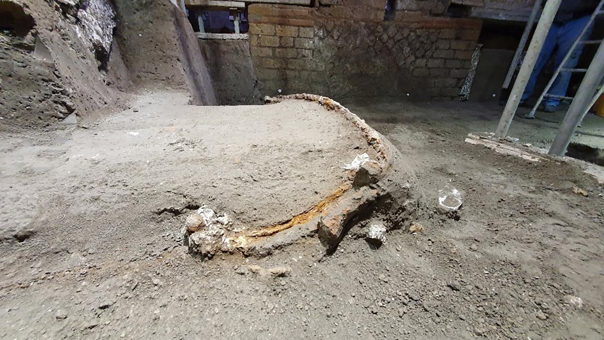 Le char de cérémonie orné a été initialement caché sous les poutres carbonisées d'un plafond en bois qui s'est effondré lors de l'éruption, avec les murs environnants.