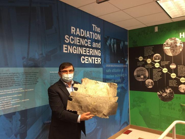 Kenan Ünlü pose avec le morceau d'aluminium qui proviendrait de l'avion d'Earhart.