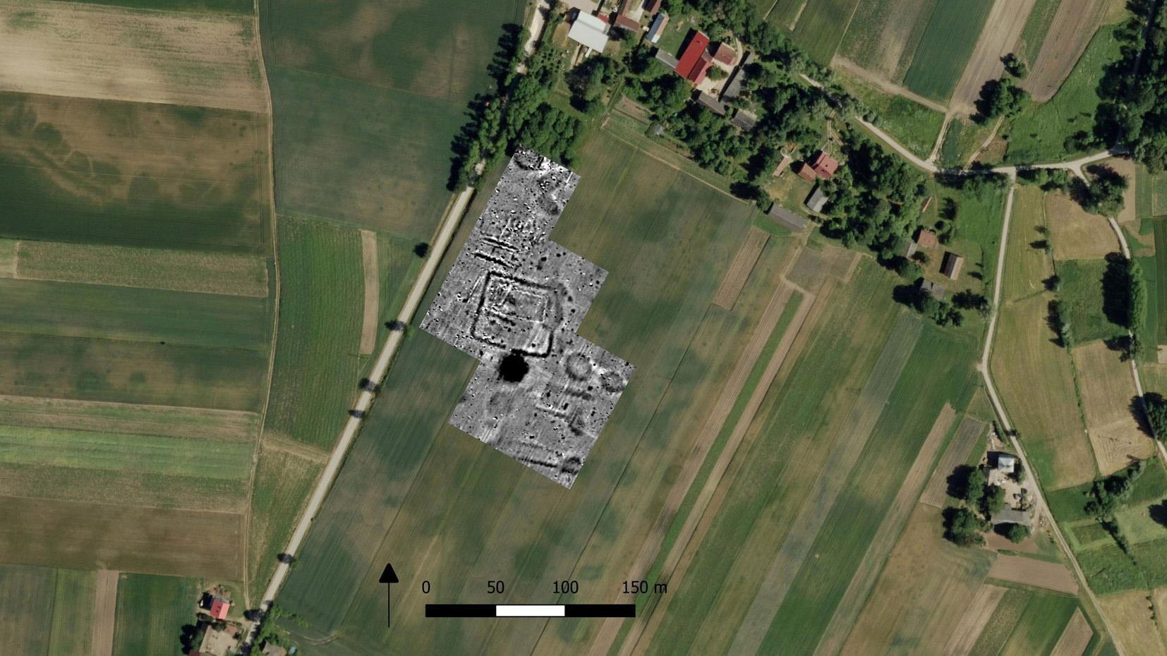Une structure souterraine à quatre côtés qui s'est avérée être une forteresse du début du Moyen Âge a provoqué des marques de récolte sur le terrain sur les photographies satellites.  Les tumulus et les tombes du cimetière néolithique ont été retrouvés au nord et au sud de la forteresse lors des fouilles du site.