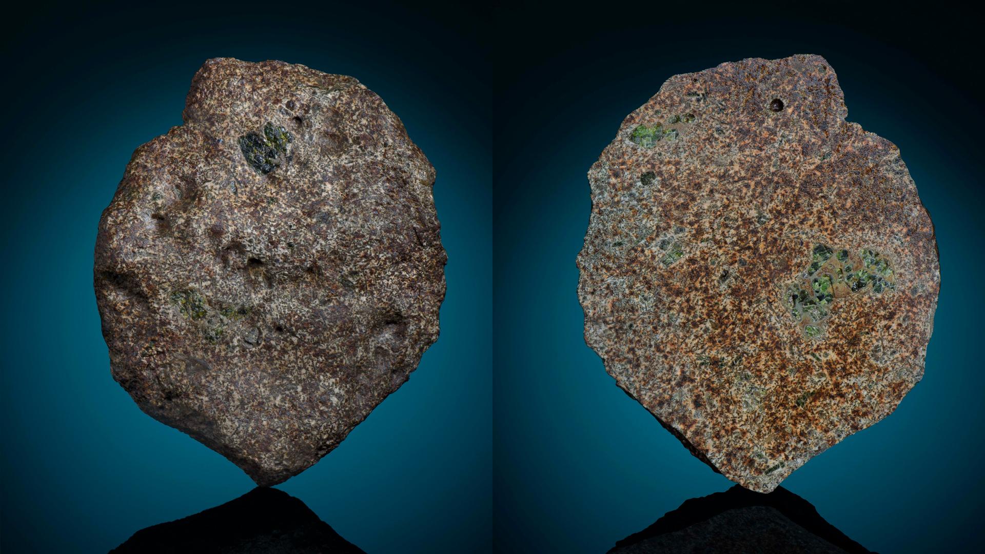 Deux vues d'un morceau de EC 002. La masse principale de la météorite réside au Maine Mineral and Gem Museum.