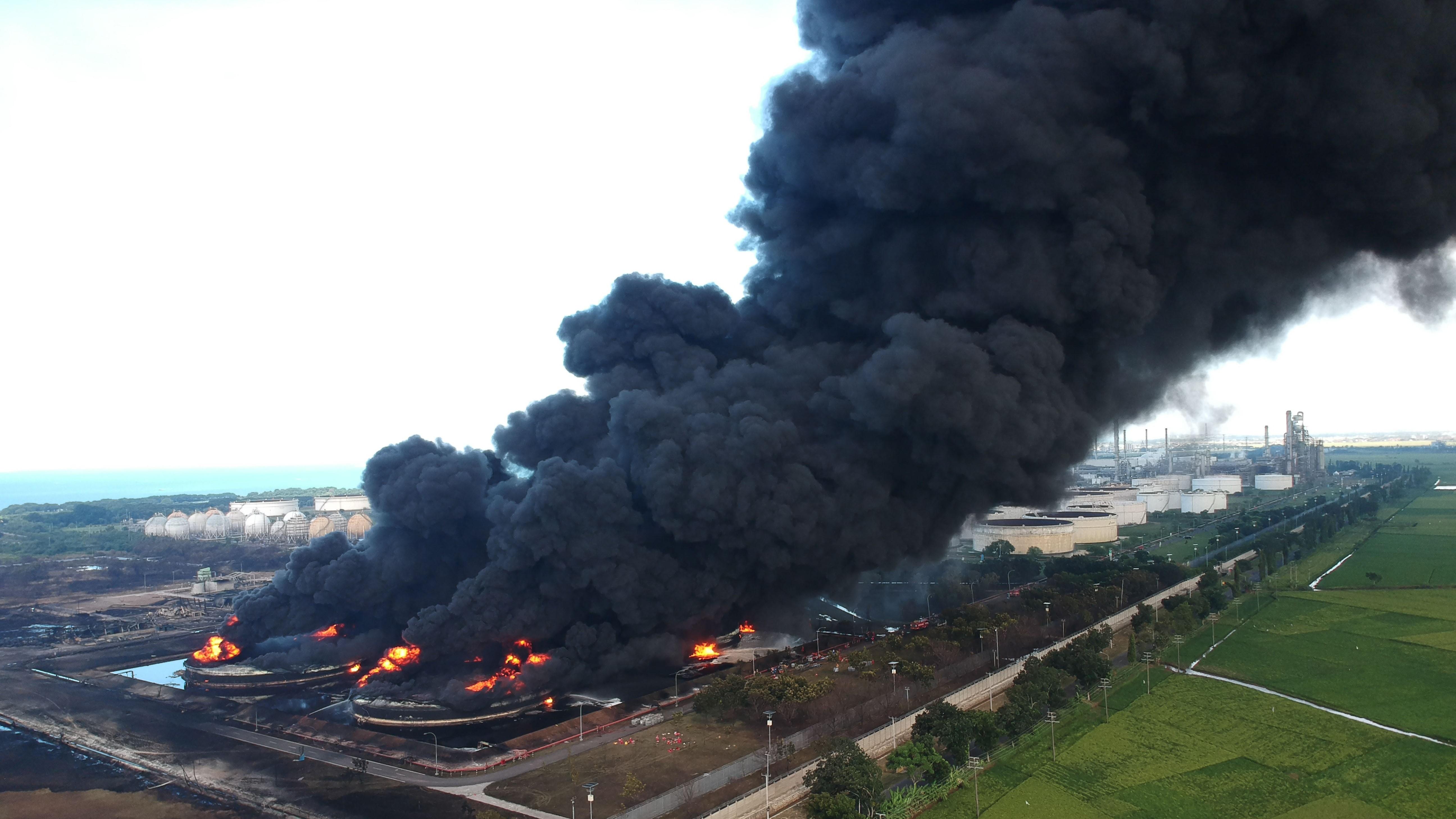 La photo aérienne montre une épaisse fumée qui monte en raison d'un incendie dans la raffinerie de pétrole de Pertamina.