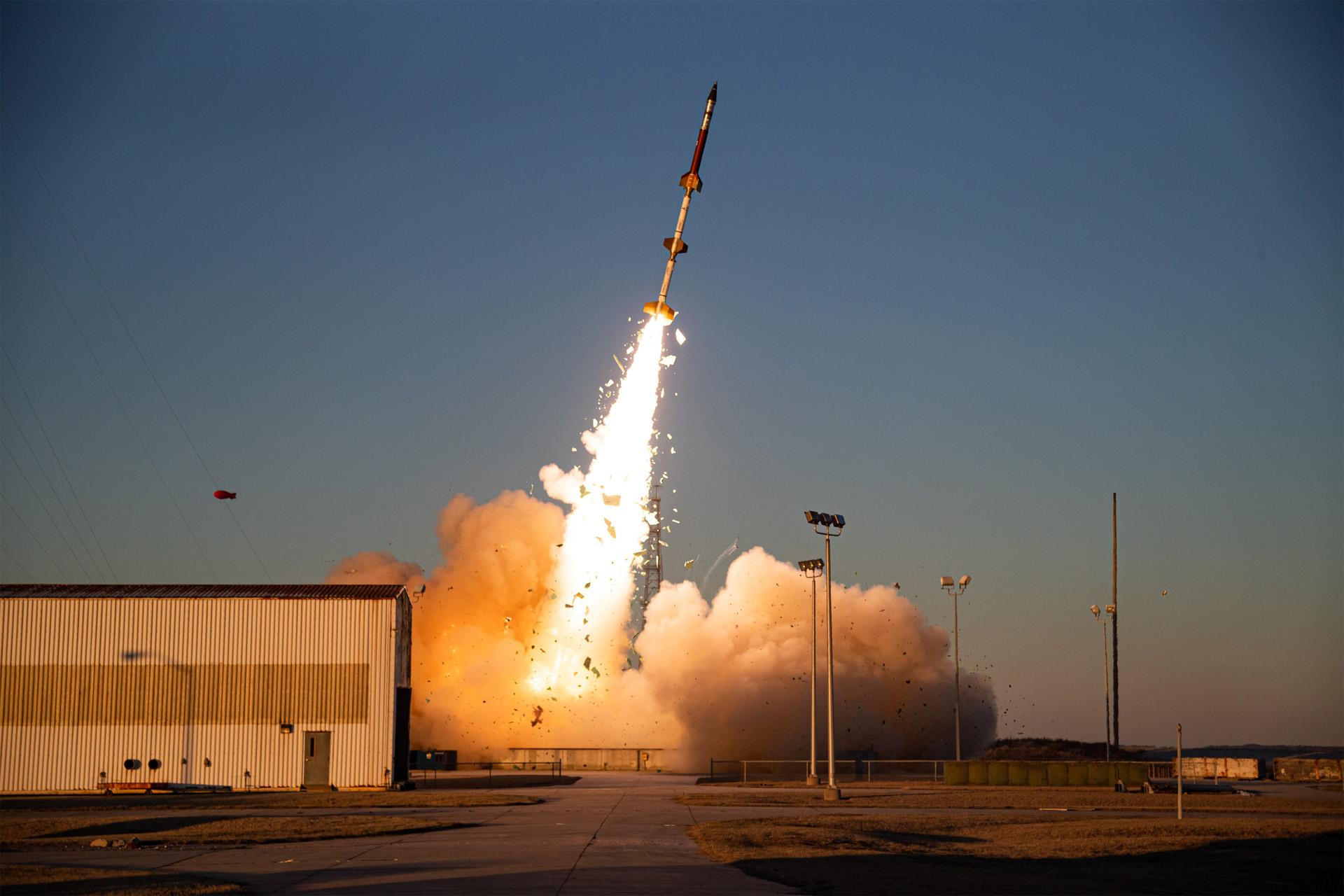 Une petite fusée-sonde lance une charge utile expérimentale pour le laboratoire de recherche de l'US Space Force et de l'Air Force depuis l'installation de vol Wallops de la NASA sur Wallops Island, en Virginie, le 3 mars 2021.