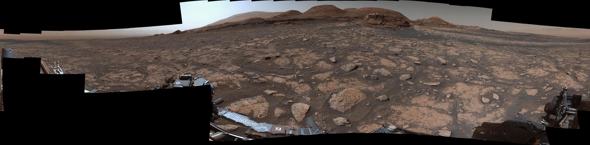 Le rover Curiosity Mars de la NASA a utilisé son instrument Mastcam pour prendre ce panorama à 360 degrés du Mont Mercou dans le contexte du mont Sharp le 3 mars 2021.