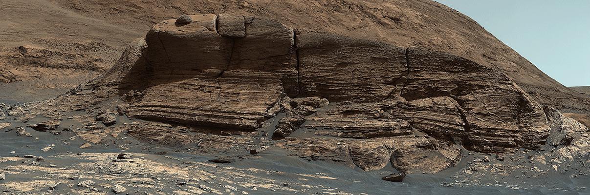 """Le rover Curiosity Mars de la NASA a utilisé son instrument Mastcam pour prendre les 32 images individuelles qui composent ce panorama de l'affleurement surnommé """"Mont Mercou."""""""
