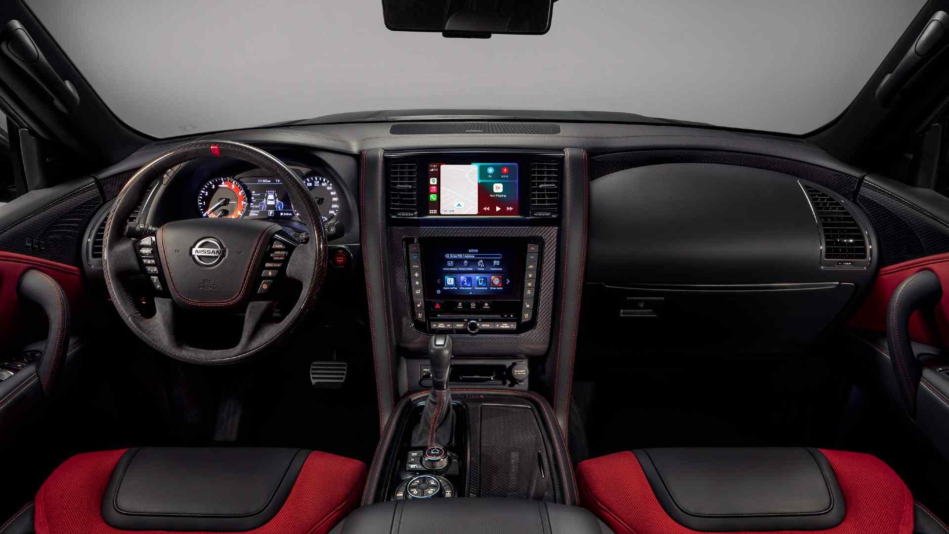 Une palette de couleurs bicolores, des sièges baquets et des inserts en alcantara et en fibre de carbone sont les points forts de l'intérieur de la Nissan Patrol Nismo.  Image: Nissan