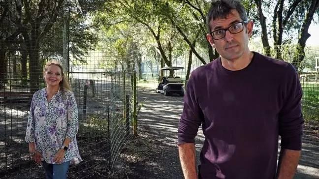 Theroux rencontre Carole Baskin dans son nouveau documentaire.  Crédit: BBC
