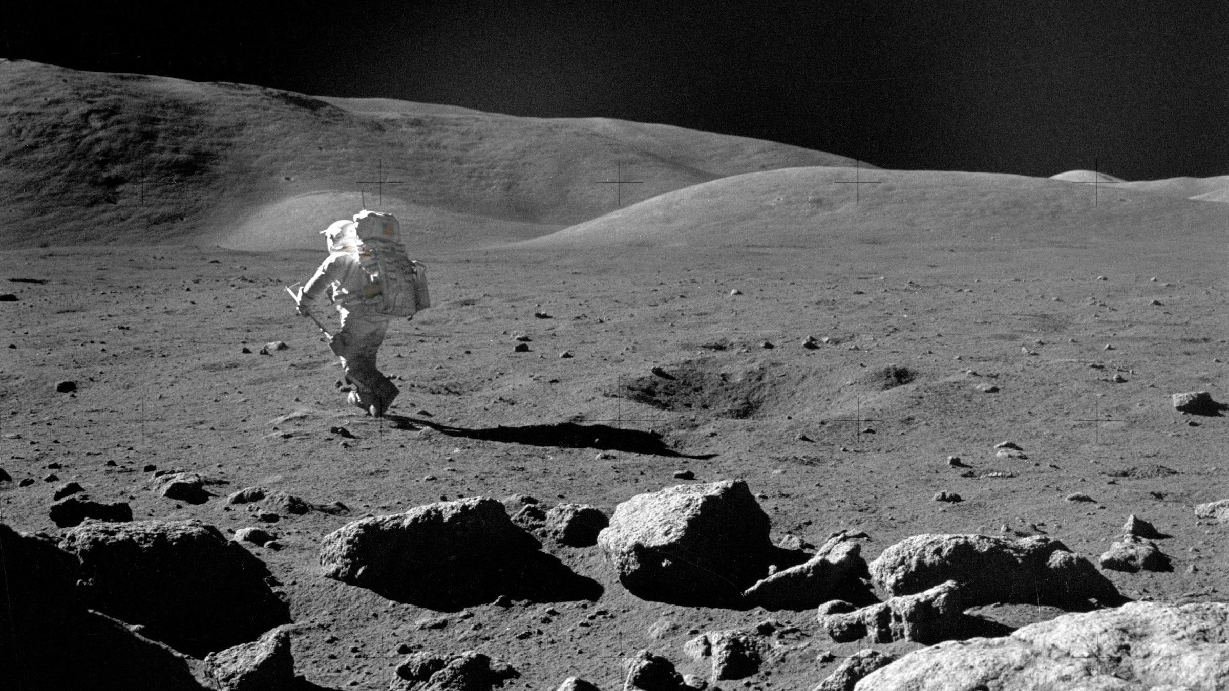 Cette photo de 1972 montre le scientifique-astronaute Harrison H. Schmitt, le pilote du module lunaire d'Apollo 17, explorant la lune avec sa pelle d'échantillonnage réglable.
