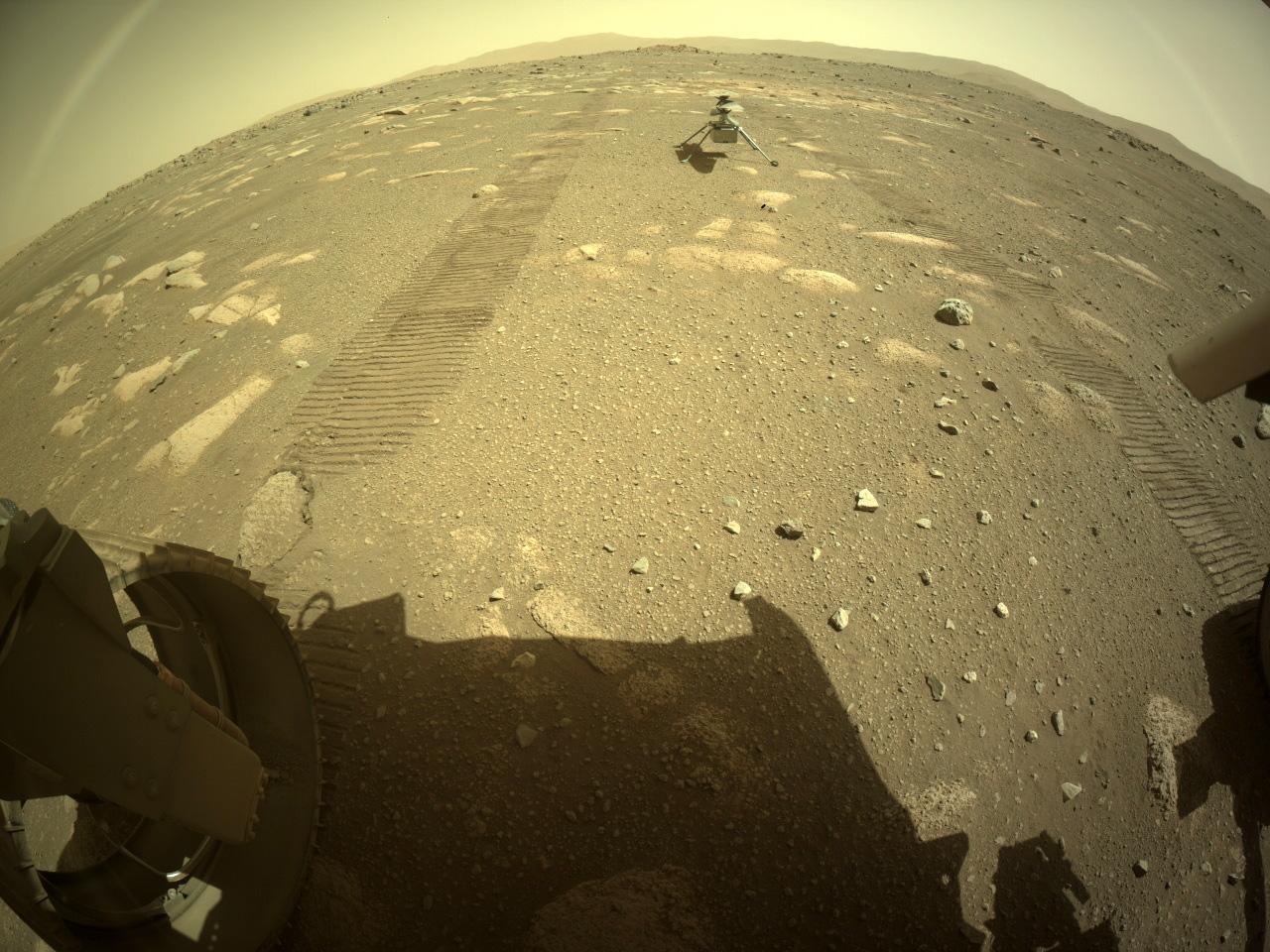 L'ingéniosité de l'hélicoptère sur Mars de la NASA est vue à la surface de la planète rouge après avoir été déployée par le rover Perseverance le 4 avril 2021.