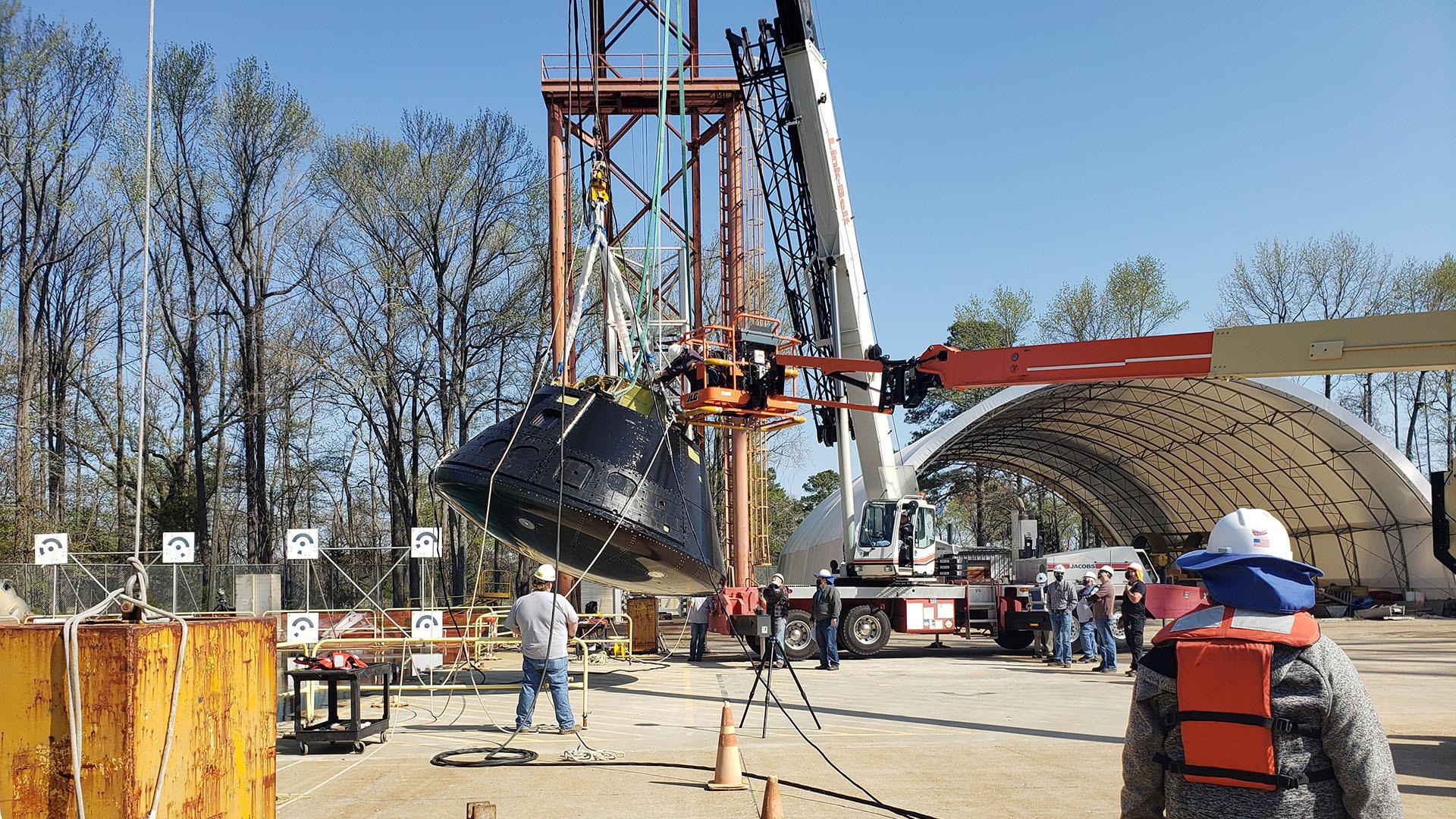 Les ingénieurs de la NASA Langley se préparent pour le test de chute d'Orion le 6 avril 2021.