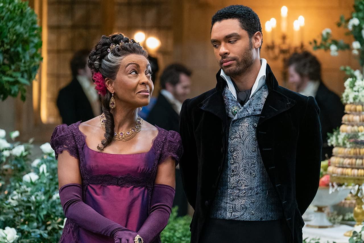 Regé - Jean Page et Adjoa Andoh dans leurs rôles de Bridgerton.  Photo: (IMDB)