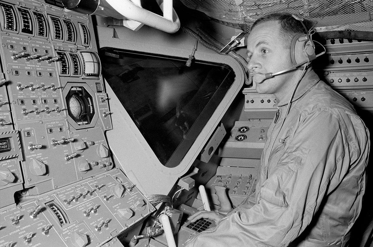 L'astronaute de la NASA Philip Chapman suit une formation sur le simulateur de module lunaire Apollo en 1968.