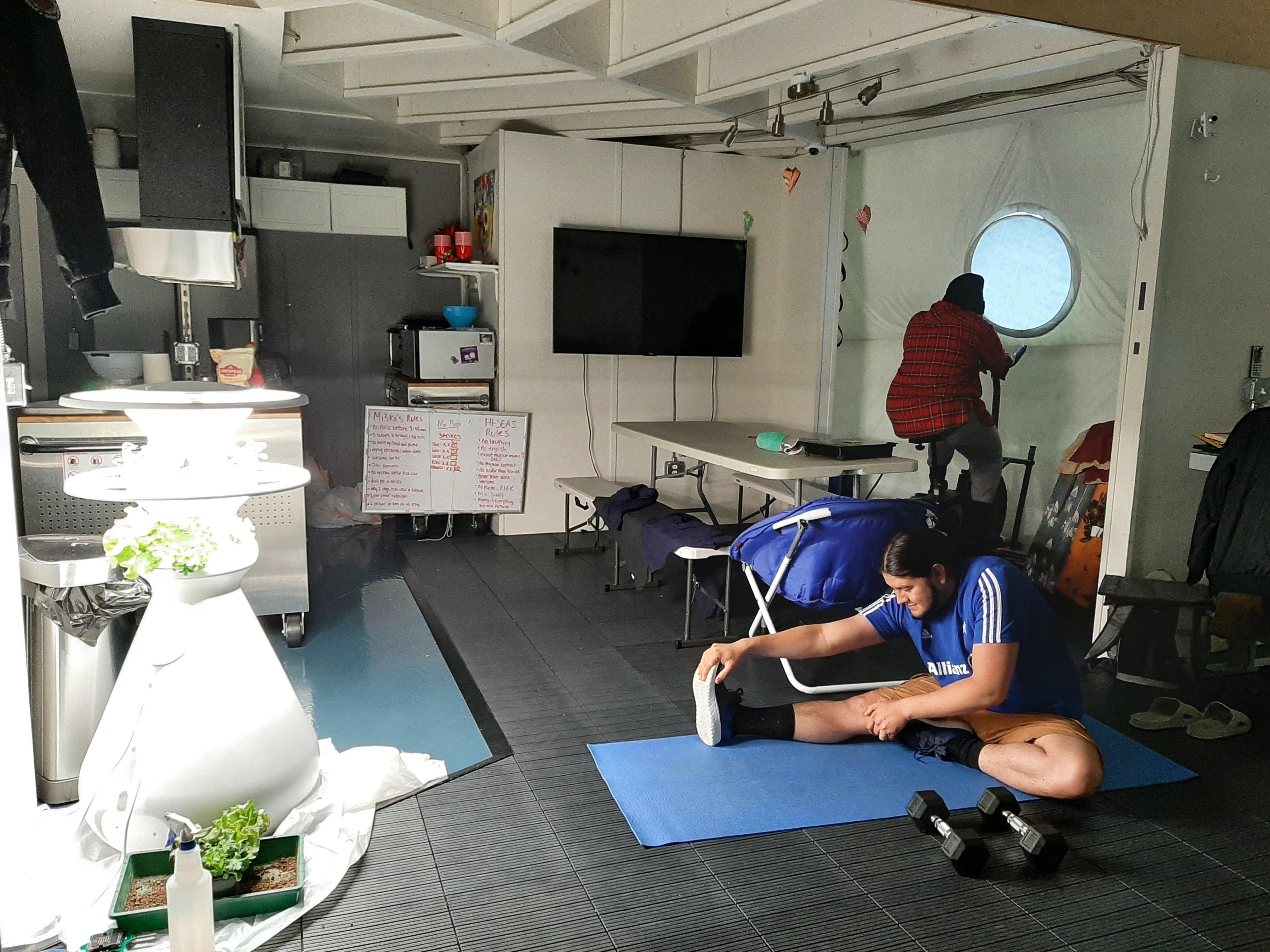 Les membres d'équipage de Selene III s'exercent à l'intérieur à l'aide du vélo stationnaire et d'autres équipements d'exercice disponibles à HI-SEAS.