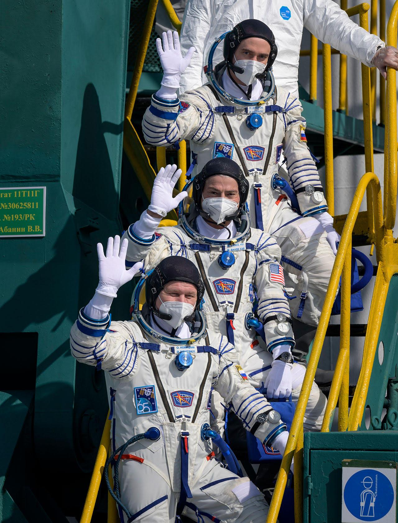 Le commandant du Soyouz MS-18 Oleg Novitskiy (en bas) et les ingénieurs de vol Mark Vande Hei (au centre) et Piotr Dubrovnik agitent la vague de la rampe de lancement avant de monter à bord de leur vaisseau spatial au cosmodrome de Baïkonour au Kazakhstan le 9 avril 2021.