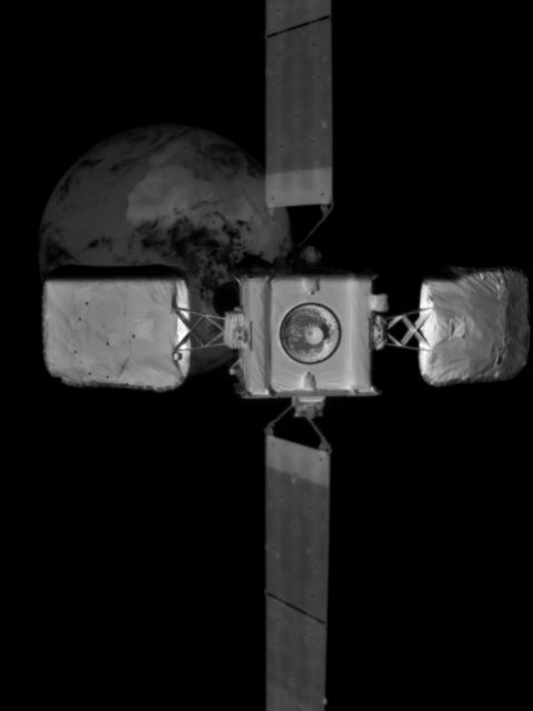 Une vue rapprochée du satellite IS-10-02, capturée par le véhicule MEV-2 alors qu'il s'approchait du quai.