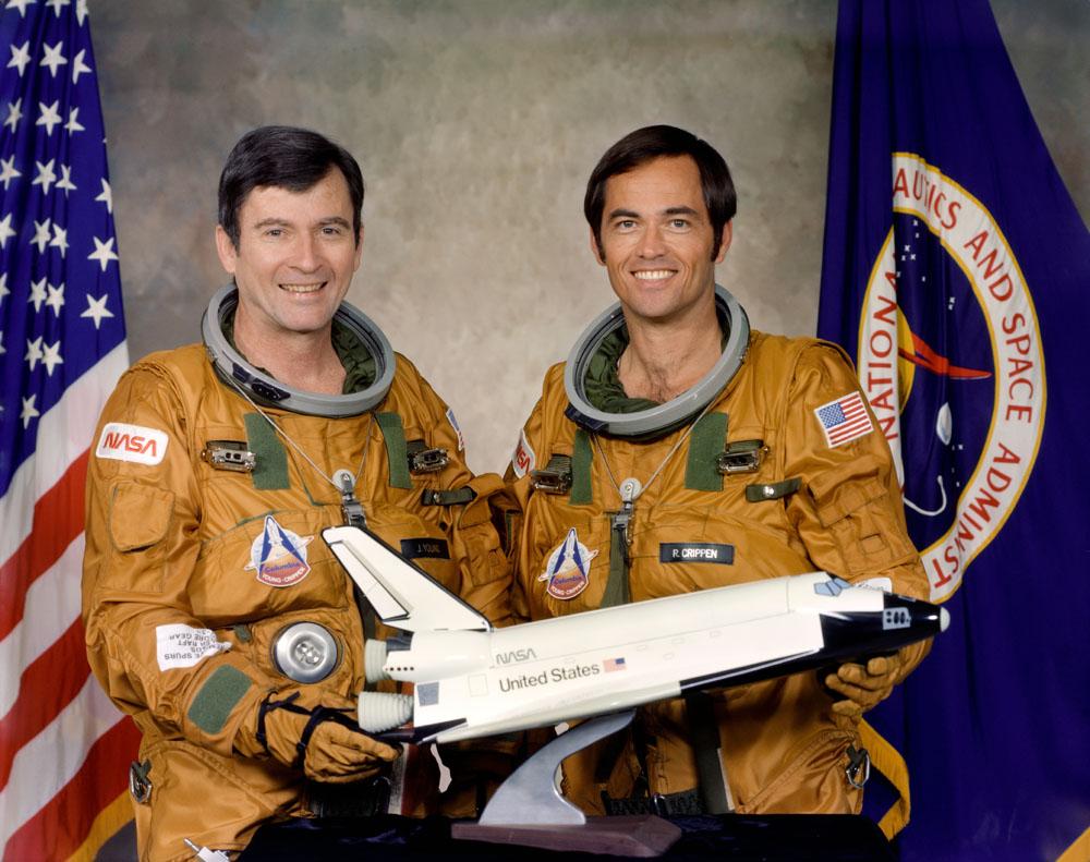 Ces deux astronautes étaient les principaux membres d'équipage du premier vol du programme du système de transport spatial (STS-1).  Les astronautes John W.Young, à gauche, commandant, et Robert L.Crippen, pilote, piloteront l'orbiteur de la navette spatiale 102 Columbia pour le premier orbe
