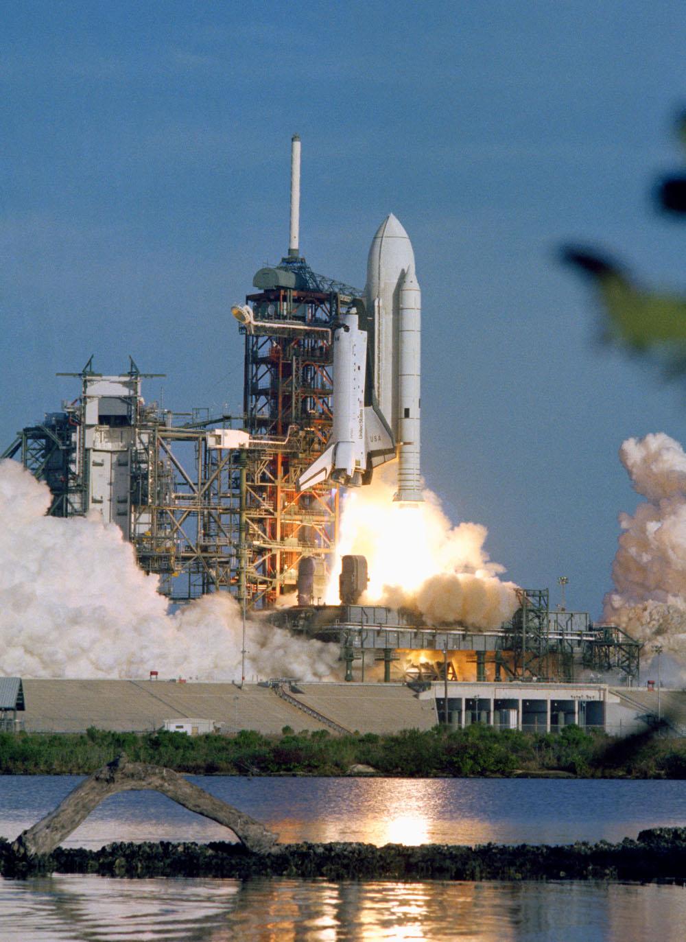 La navette spatiale Columbia entame une nouvelle ère de transport spatial lorsqu'elle décolle du centre spatial Kennedy de la NASA à Cap Canaveral, en Floride, le 12 avril 1981. L'orbiteur réutilisable, ses deux réservoirs de carburant et ses deux propulseurs de fusée solide (SRB) vient de effacé