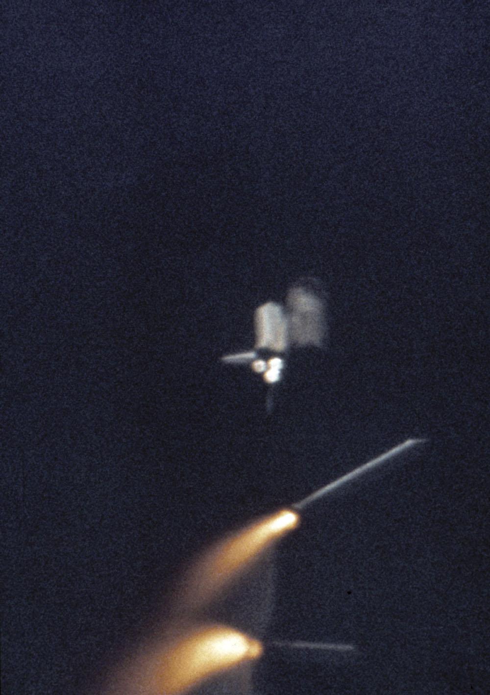 Les deux propulseurs de fusée solide se séparent du réservoir externe de la navette spatiale de la NASA Columbia après son lancement le 12 avril 1981 depuis le Kennedy Space Center en Floride.  La mission STS-1 de Columbia était la première mission habitée de la NASA depuis l'Apollo-Soyouz Test Proj