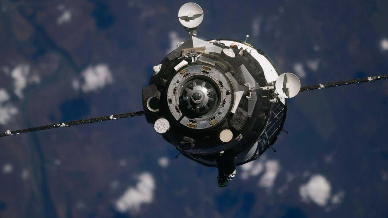 Deux Cosmonautes Et Un Astronaute Arrivent à La Station Spatiale