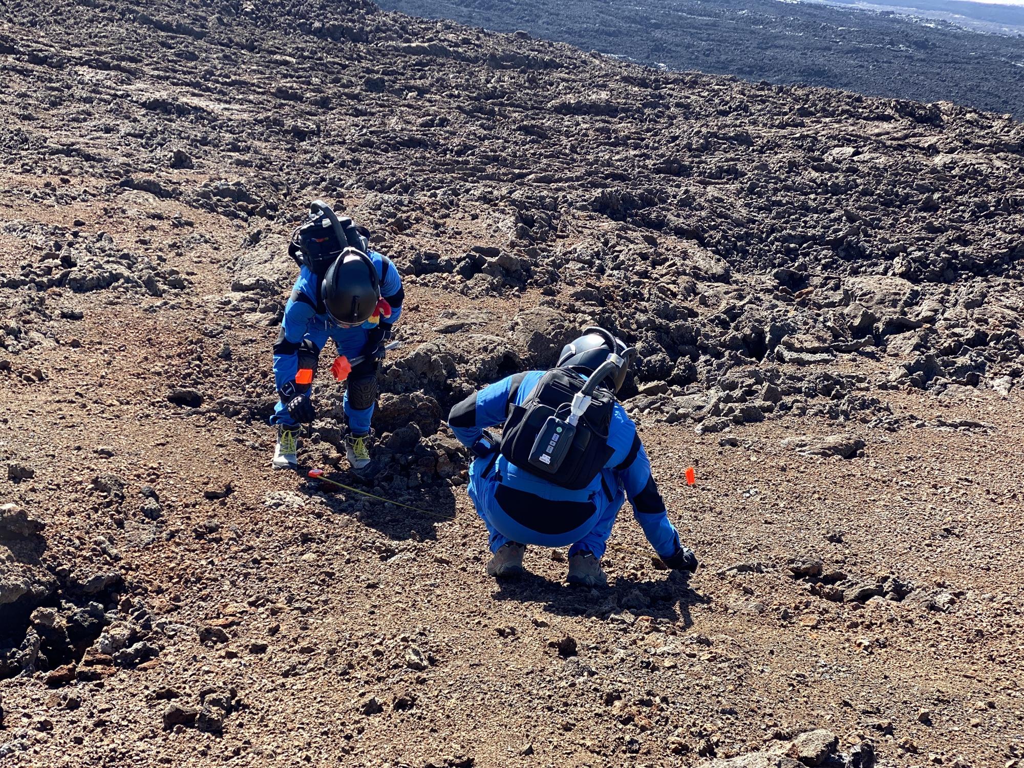 Les officiers Oscar Ojeda et Jason Fischer effectuent une étude géologique et topographique.