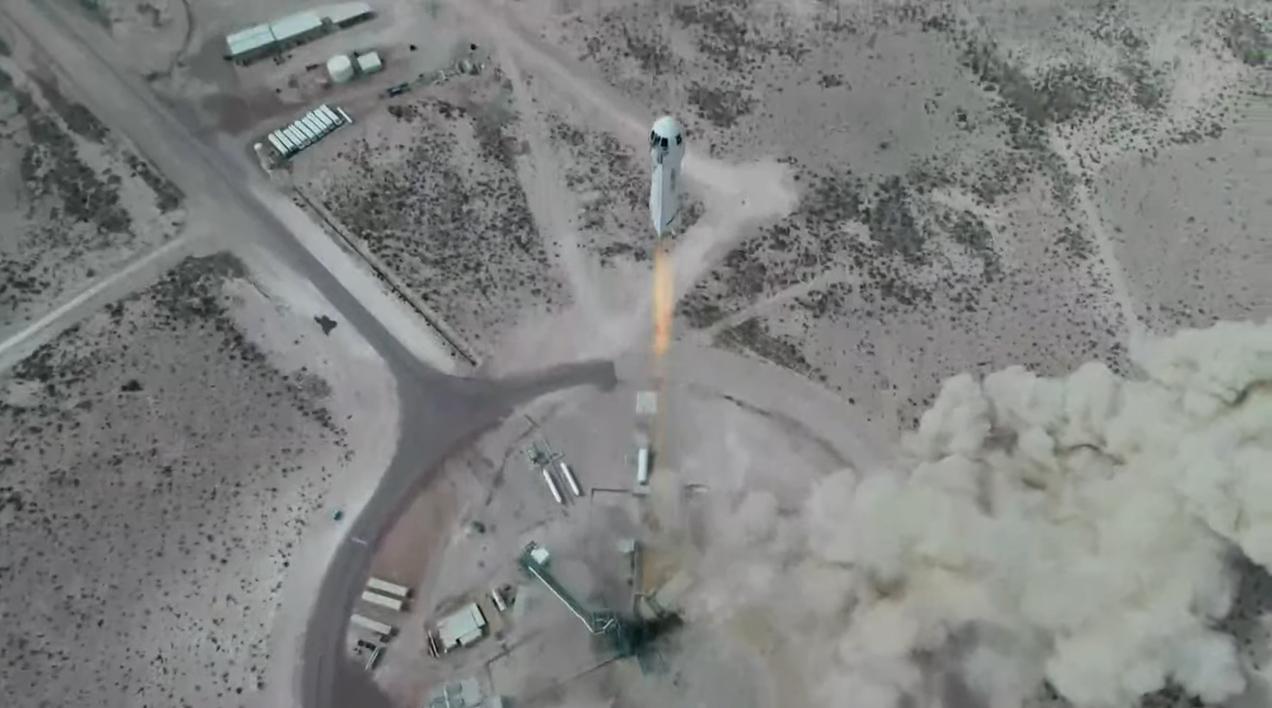 La fusée New Shepard de Blue Origin lance la capsule d'équipage RSS First Step lors d'un vol d'essai suborbital non équipé depuis le site de lancement One de la société dans l'ouest du Texas le 14 avril 2021.
