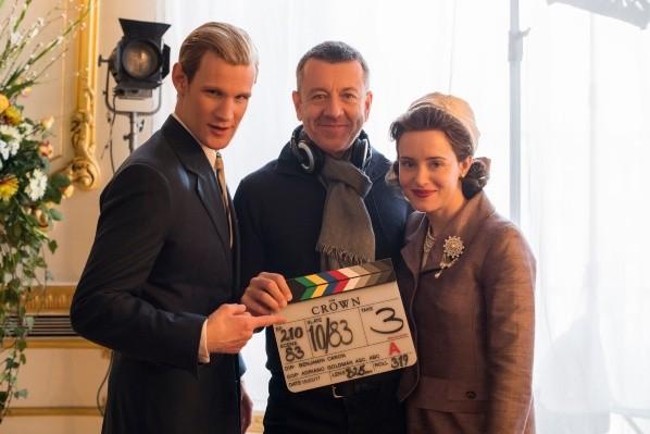 Matt Smith, Claire Foy et Peter Morgan pendant le tournage de The Crown.  Photo: (IMDB)