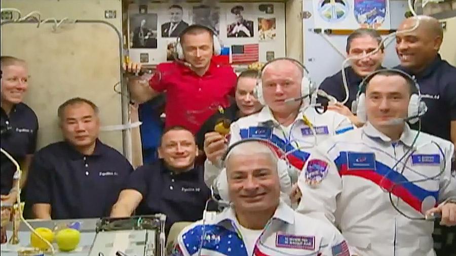 L'équipage de la station nouvellement agrandi de 10 membres se réunit dans le module de service de Zvezda pour une cérémonie d'accueil avec les membres de la famille et les responsables de la mission sur Terre, le 9 avril 2021.