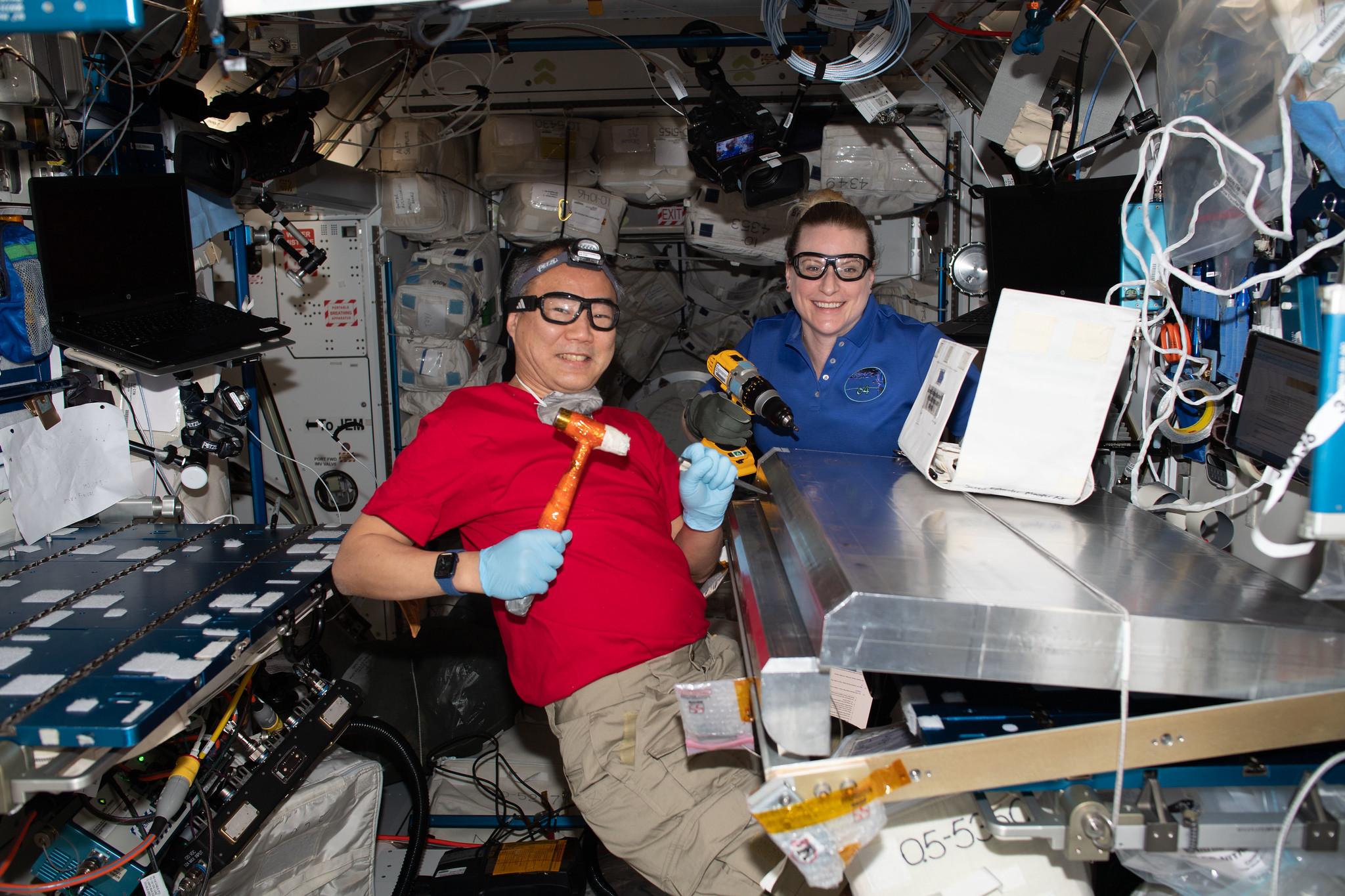 Les ingénieurs de vol de l'Expédition 64 Soichi Noguchi de l'Agence japonaise d'exploration aérospatiale et Kate Rubins de la NASA configurent un bouclier anti-rayonnement pour les dortoirs temporaires, ou le logement alternatif de l'équipage (CASA).  La CASA offrira un espace supplémentaire pour la courte période pendant laquelle jusqu'à 11 membres d'équipage occuperont la Station spatiale internationale en avril.