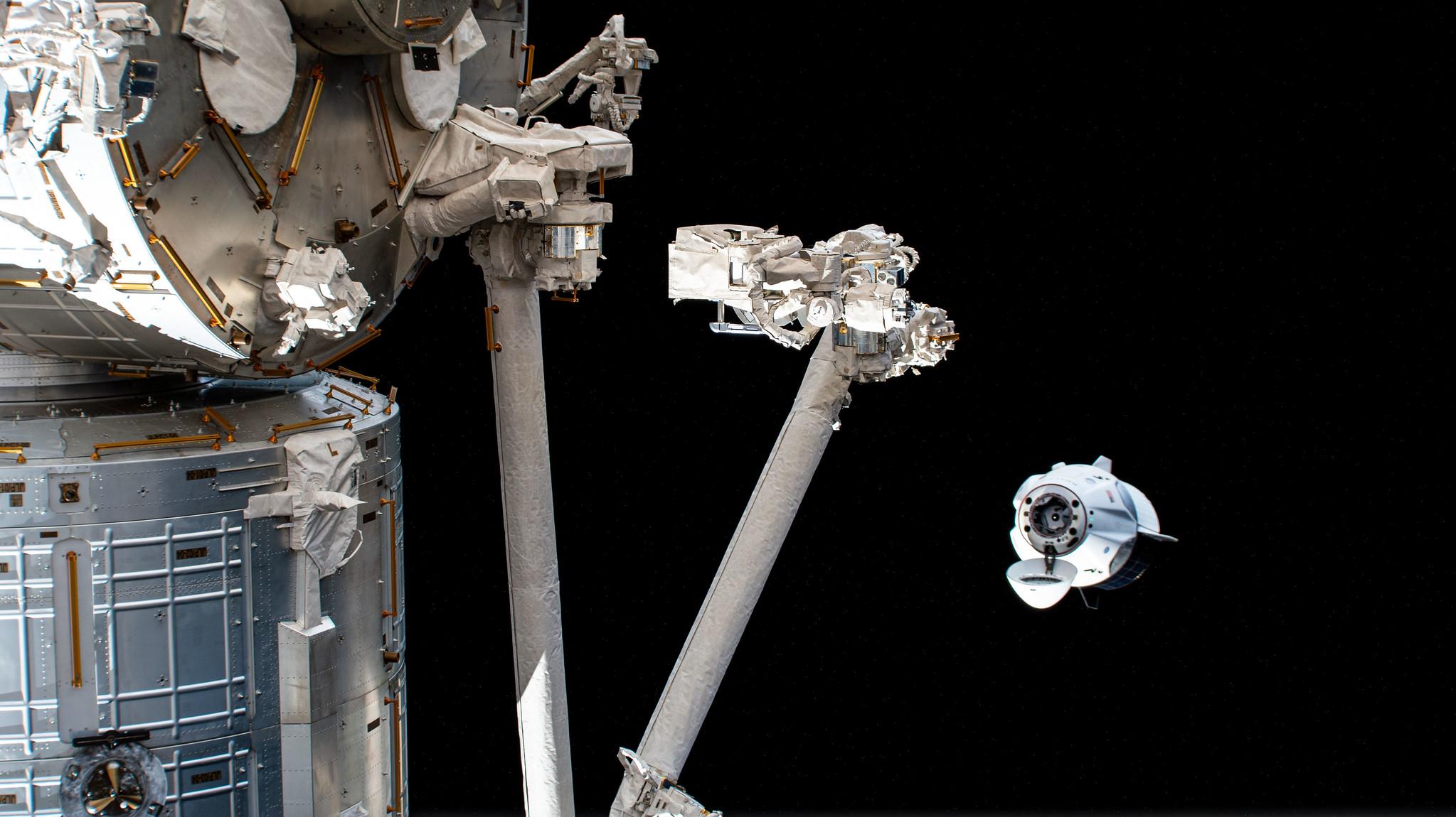 """Le 5 avril, l'équipage de quatre personnes du Crew Dragon de SpaceX """"Résilience"""" a sauté dans leur vaisseau spatial et a roulé le long alors qu'il manoeuvrait robotiquement de son port d'amarrage à un autre port de la Station spatiale internationale pour se préparer aux prochaines missions Crew Dragon."""