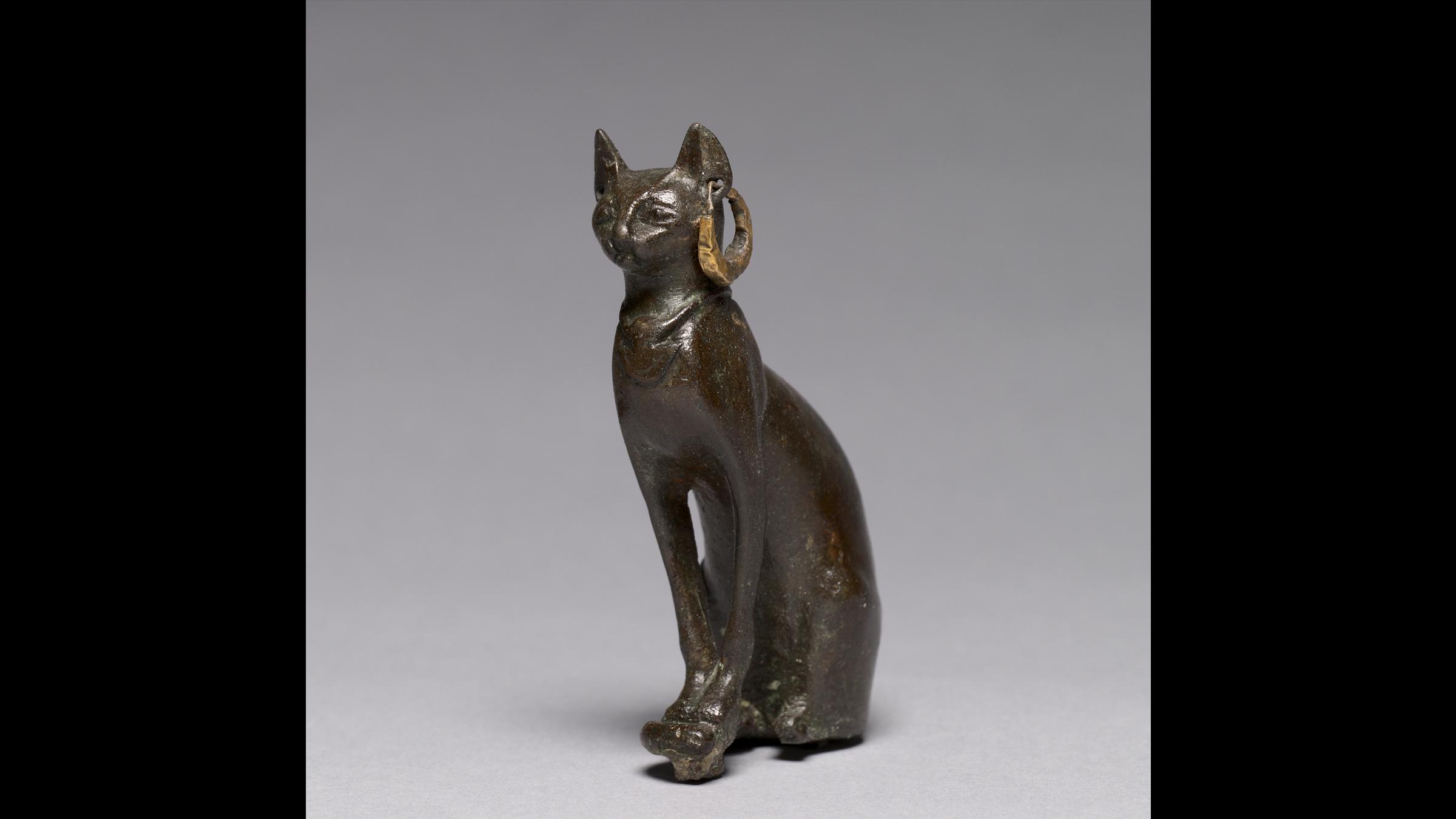 Un chat en bronze et or datant de 664-30 av.J.-C., période tardive de l'Égypte, dynastie 26 ou ultérieure.